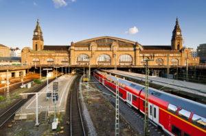 Der Hamburger Hauptbahnhof mit der Wandelhalle. Im Bildvordergrund ein Regionalzug.
